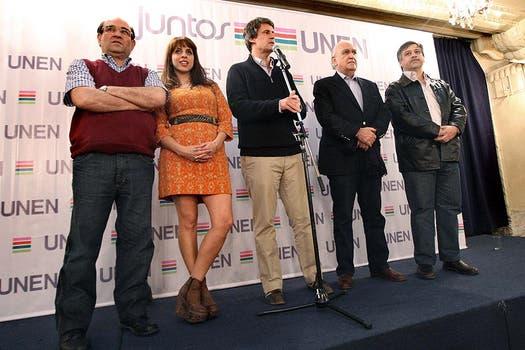 Victoria Donda, con estilo hippie chic en la conferencia de prensa. Eligió unas plataformas marrones para completar su look. Foto: LA NACION / Marcelo Gómez