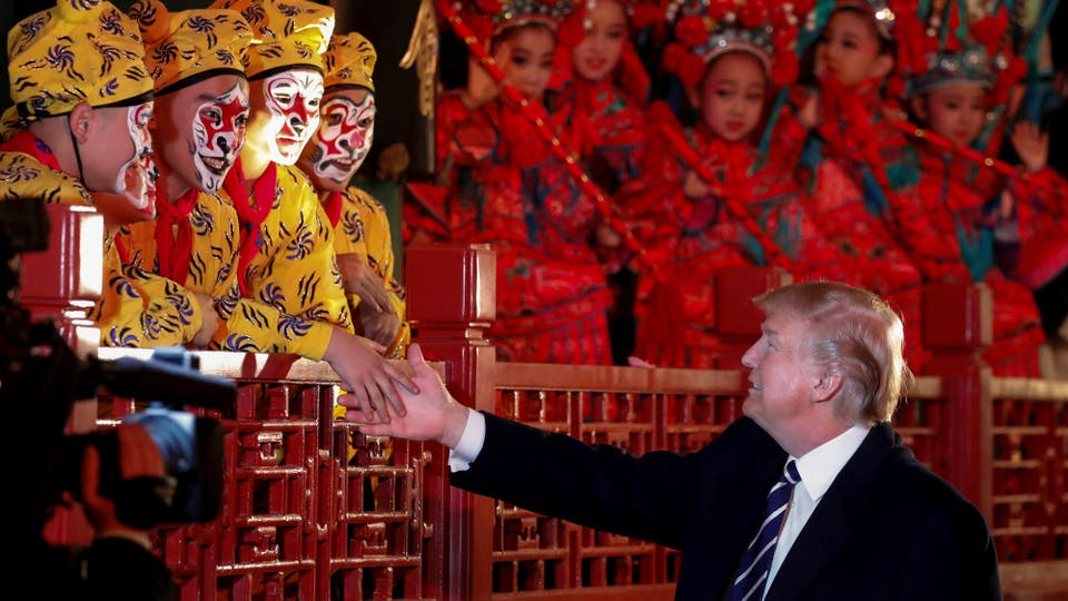 Donald Trump estrecha la mano de los artistas de ópera en la Ciudad Prohibida de Pekín. Foto: Reuters / Jonathan Ernst