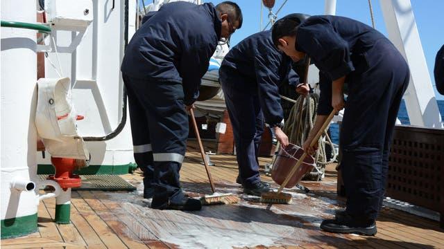 Sal de limón, la clave para que la cubierta de la Fragata Libertad esté impecable cuando ingresa a cada puerto.