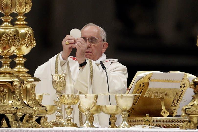 El papa Francisco, durante la vigilia pascual, donde asistieron miles de fieles