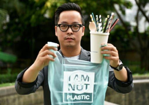 Kevin Kumala demuestra que la bolsa que creó, aunque parece de plástico, es biodegradable