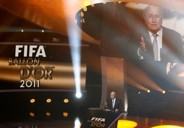 Blatter leyó un emotivo discurso y le entregó a Sir Alex Ferguson un reconocimiento por su trayectoria.  /AP, AFP y Reuters