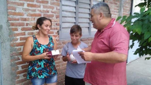 La mujer de Walter y su hijo recibieron a la tarde el celular que un vecino le regaló