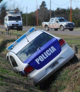 El patrullero de la víctima volcó tras ser robado
