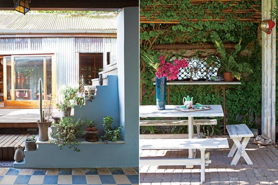 Cactus y suculentas acompañan el recorrido de la escalera hacia la terraza. En el quincho, mesa y bancos de madera pintados de blanco y un espejo de anticuario.  Foto:Living /Javier Picerno