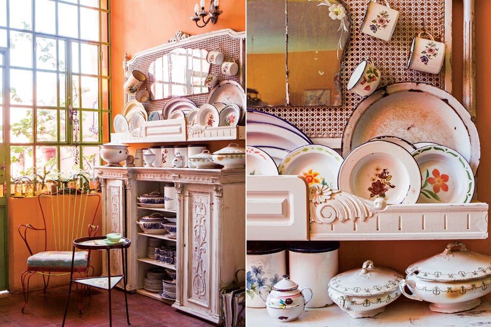Un mueble blanco, restaurado por La Tana Ecléctica, es perfecto exhibidor para la colección de platos y vajilla enlosada de uso diario, producto de años de compras en ferias y chatarreros.  Foto:Living /Santiago Ciuffo