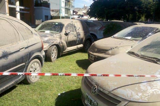 Decenas de autos permanecen, sucios, mojados y estacionados, en calles de ese barrio a la espera del seguro tras el intenso temporal. Foto: LA NACION / Gastón De la Llana
