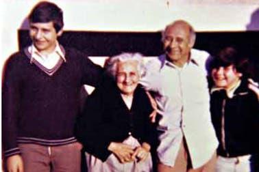 Jorge Mangeri con su abuela, su papá y su hermano menor. Foto: Gentileza revista Gente