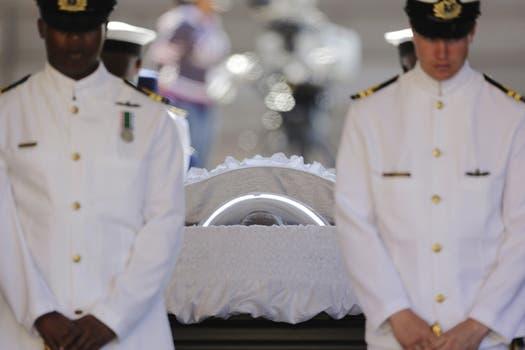 Dos oficiales de la Marina sudafricana forman parte de la guardia de honor que rodea el ataúd del expresidente sudafricano Nelson Mandela. Foto: EFE