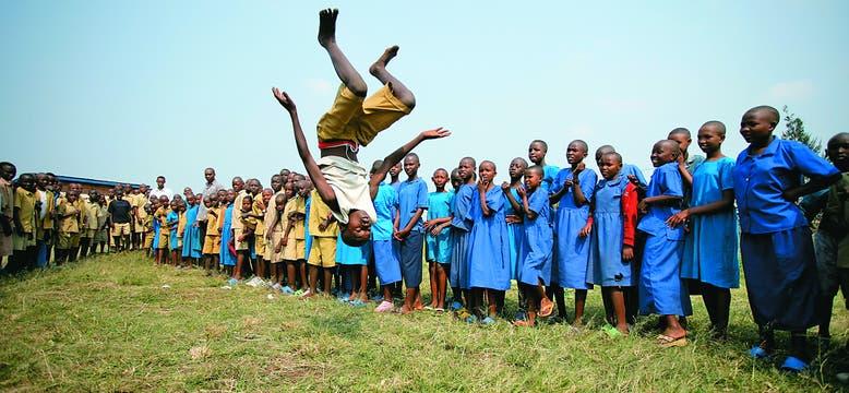 Pirueta. Momento del recreo en el patio de una escuela de Ruanda.