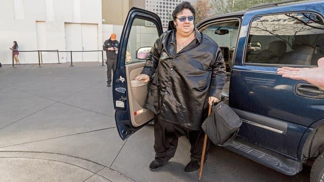 Pete estaciona su Chevrolet Tahoe, ya vestido de Big Elvis, cerca de la entrada del casino donde actúa tres veces por semana. En 2016, allí lo vieron unas 200.000 personas