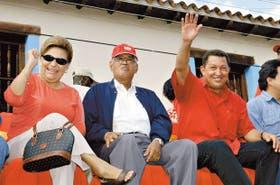De Izquierda a derecha: Elena Frías y Hugo de los Reyes Chávez, de profesión maestros, padres del presidente venezolano, sentado a su vera durante un acto de expropiación de tierras en Barinas