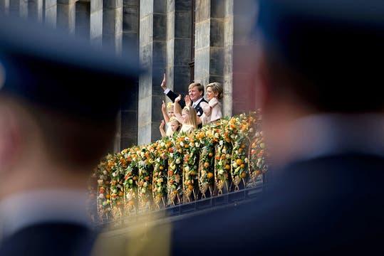 Los nuevos Reyes, Máxima y Guillermo, saludan al pueblo holandés junto a sus hijas. Foto: Reuters