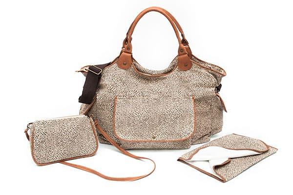Bolso estampado (hay varios géneros y colores) para llevar todas las cosas del bebé. Viene con bandolera, para las cosas de la mamá y cambiador (Globba, $780).
