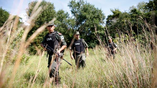 Los gendarmes, con armas largas, buscan a los ''maleteros'' y sus cargas en el monte