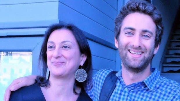 Mathew junto a su madre, que fue asesinada ayer en Malta