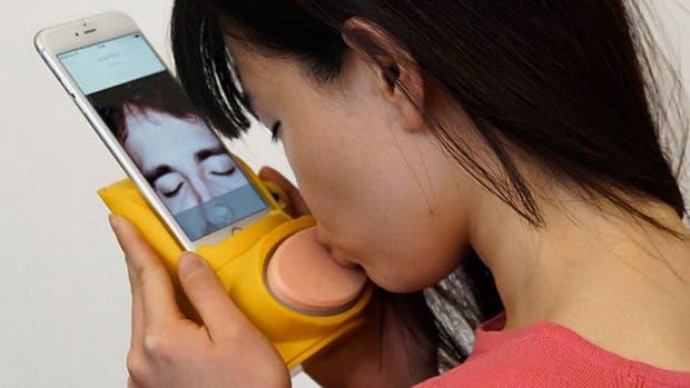 Kissenger, una mezcla entre kiss y messenger, busca desarrollar las tecnologías táctiles para emular el efecto de un beso a distancia