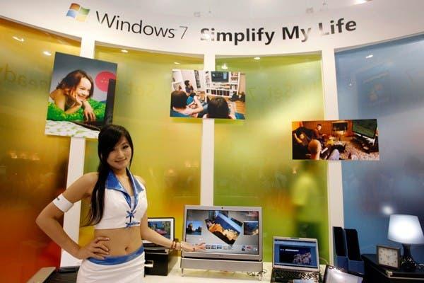 Una modelo posa con una computadora con Windows 7 que posee habilitada la función Microsoft Multi-Touch, en el evento Computex que se realizó en la ciudad de Taipei