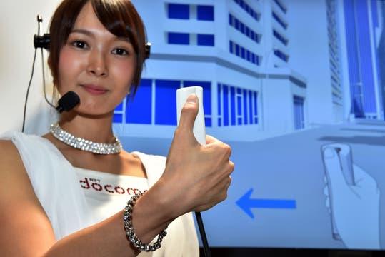 NTT DoCoMo presentó Yubi Navi, un pequeño equipo que permite guiar al usuario mediante diversas sensaciones táctiles al apoyar el pulgar en el dispositivo. Foto: AFP