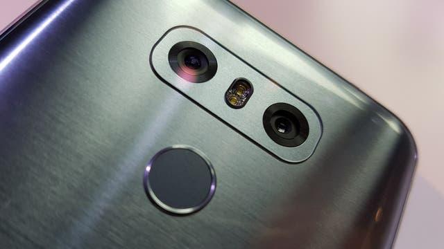 La doble cámara trasera del LG G6, con una lente normal y otra gran angular, junto al sensor de huellas digitales