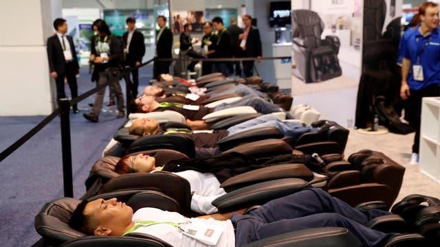 Los visitantes prueban la silla Panasonic MAJ7