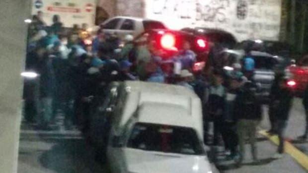 Barras de Racing se enfrentaron a los tiros en Parque Avellaneda