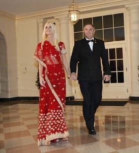 La pareja difundió fotos con él vistiendo un traje negro y ella un vestido rojo y paseando por los pasillos de la Casa Blanca