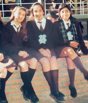María Soledad, en el centro, en una foto familiar junto a dos compañeras de escuela. Foto: Archivo