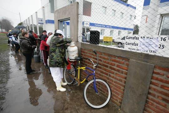 La falta de gas en las casas de familia se agrava con las llegada del frío, en Mar del Plata hay largas colas para comprar una garrafa. Foto: LA NACION / Mauro V. Rizzi