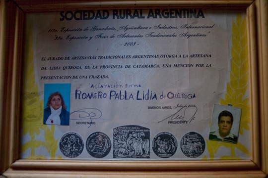 Hace unos años a Paula la invitaron a la Rural de Palermo a mostrar sus trabajos, nunca había salido de Ancasti por tanto tiempo; diploma que le entregaron por su participación. Foto: LA NACION / Rodrigo Néspolo/Enviado especial