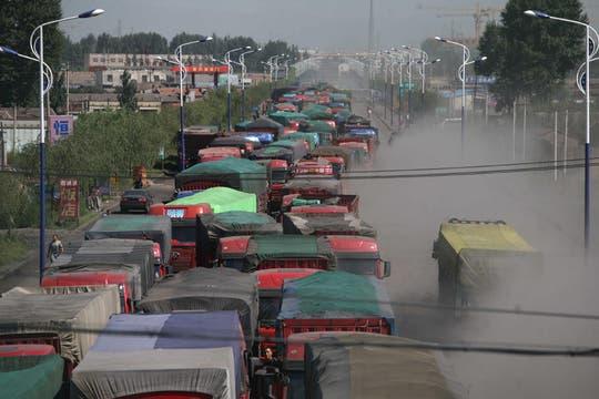 La construcción de una carretera, cuya finalización no tendrá lugar hasta el próximo mes, ha producido un atasco de 100 kilómetros en la autopista Beijing-Zhangjiakou. Foto: EFE