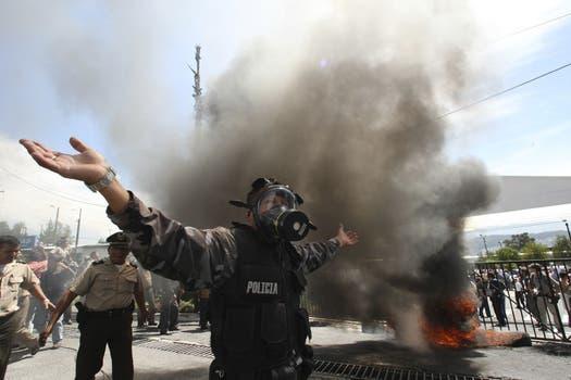 Un policía extiende sus brazos durante la protesta en el Regimiento de Policía Número uno de Quito. Foto: AP