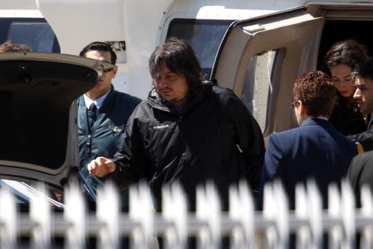 Máximo Kirchner al bajar del helicoptero que lo trajo de la Quinta Presidencial junto a su madre y su hermana, para dirigirse a la Casa Rosada. Foto: LA NACION / Rodrigo Néspolo