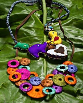 Collar con amuletos elaborados a base de retazos de géneros (Lua Chea, $ 100). Foto: Silvio Zuccheri