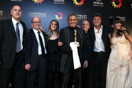 Beto y su equipo celebran el Martín Fierro. Foto: Télam