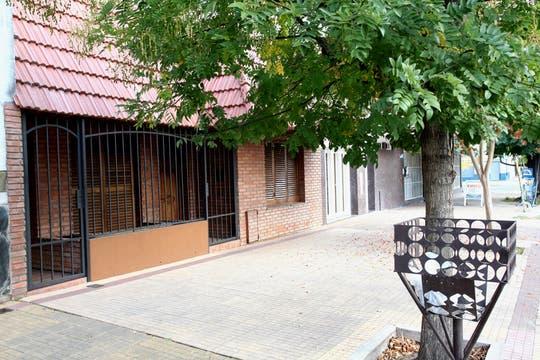 La casa de su padre, el club y las calles donde se crió el millonario marido de Karina Jelinek. Foto: lanacion.com / Guadalupe Aizaga