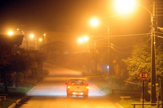 El cambio del viento se llevó la lluvia de cenizas a Chile, vista de una calle en Lago Ranco. Foto: EFE