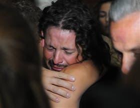 El andinista Lucero se abraza con un familiar al llegar a Mendoza