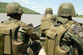 Soldados brasileños patrullan los ríos fronterizos con la Argentina