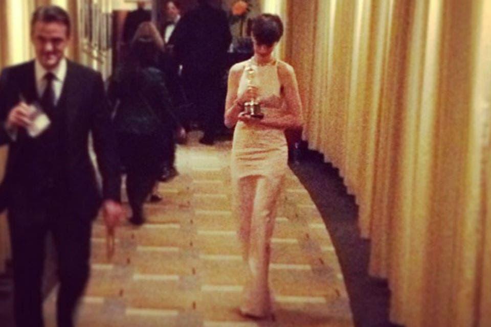 Anne Hathaway, compenetrada con su Oscar por los pasillos del Dolby Theatre. Foto: /Instagram