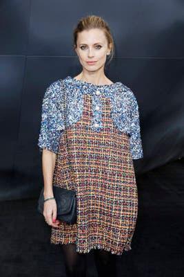 La modelo y escritora Laura Bailey usó un vestido corto multicolor, muy de los sesenta, y un clutch negro. Le dio un toque moderno al atuendo con las uñas en fucsia. Foto: Chanel Latin America
