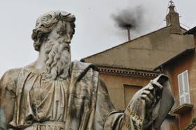 La fumata negra indica que hay que esperar para conocer al nuevo papa