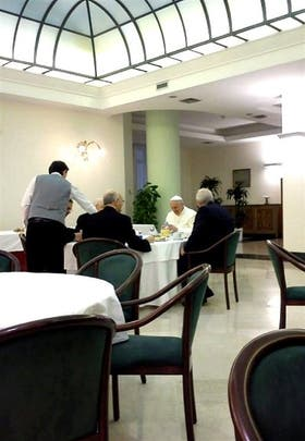 En la foto filtrada se lo ve al Papa desayunando