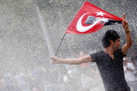 Tras dos semanas, continúa la represión a los manifestantes que protestan contra el primer ministro en Estambul y Ankara. Foto: Reuters