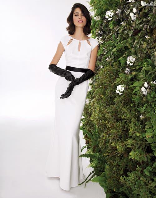 Blanco y calado: vestido largo con calado en la pechera, lazo de seda y guantes de cuero (Consultar precio, Ramirez).