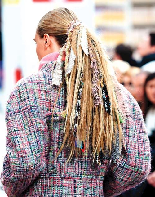 También se imponen las cintas y los retazos, perfectos para adornar coletas y trenzas (al estilo Chanel).