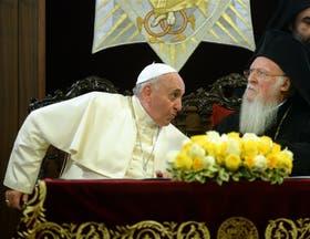 Francisco y el patriarca ortodoxo Bartolomé I, ayer, en la iglesia San Jorge de Estambul