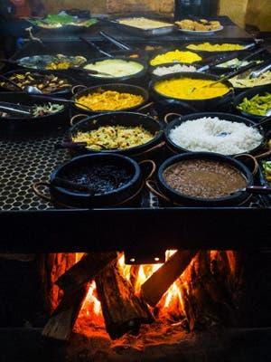 La indagación por cierto tipo de cocciones frías no empaña el hecho de que el fuego sigue estando en el centro de la cocina