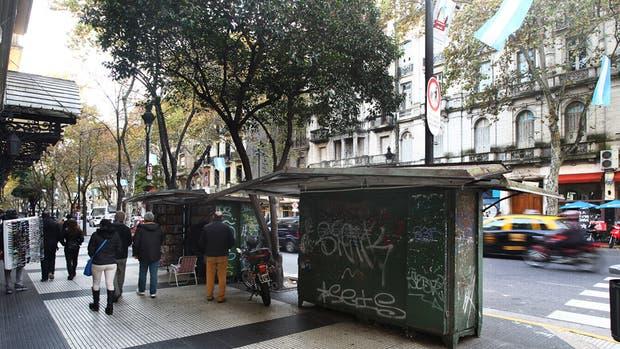 Sobre la Avenida de Mayo hay una gran cantidad de puestos de diarios con grafitis
