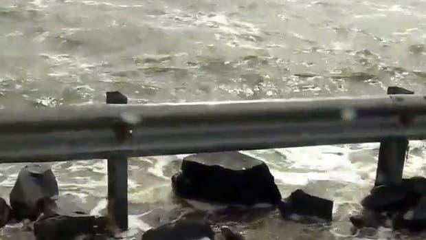 Está cortada la ruta 7 por el desborde de la laguna Picasa: peligro de derrube